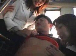 電車で痴女学生に遭遇してしまい集団逆痴漢されたM男