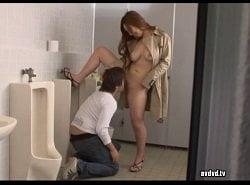 露出美女がターゲットにした男をトイレで痴女る