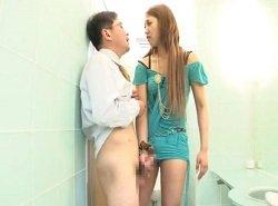 突然ドSギャルに公衆トイレで襲われるM男!でも興奮してるし…