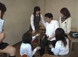 放課後の教室でJK集団に逆レイプされるM男