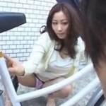 下校途中の学生をパンチラで誘惑してトイレに誘い込む痴女妻