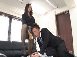 契約に来た営業マンを罵倒しながら手足コキする痴女