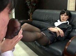 Sな女弁護士の言う事を聞いて奴隷と化しながらHな奉仕するM男助手