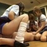 教室でJKや女教師に顔面騎乗されたり聖水をぶっかけられるM男