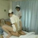 性交治療で患者の上に乗って騎乗位しながら精子を採取するナース