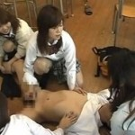 教室でM男を集団陵辱する女子生徒たち
