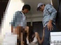 自らカメラを設置して配送行者を呼び逆レイプする淫乱な人妻