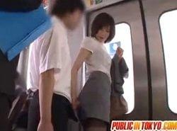 電車内で男を誘惑してチンポを自ら手コキするOL姿の森ななこ