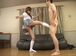 初めて見るチンポに興奮する妹が兄に金玉蹴りを蹴る