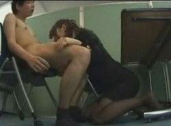 ボードだけで仕切られている部屋で面接に来た男をフェラする女性面接官
