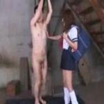夏服セーラー服のJKが鎖に繋がられたM男を弄ぶ動画