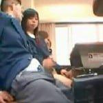 授業中に隣に座ってる男子のチンポを手コキする痴女JK動画