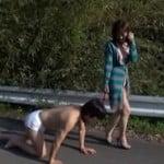 バター犬と化した奴隷M男にクンニさせ路上散歩させる露出痴女