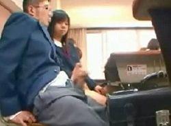 授業中に隣の席にいるMな男子生徒のチンポを手コキするJK