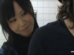 男子トイレに侵入して男を逆痴漢フェラ抜きする痴女動画
